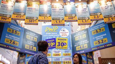 Pengunjung melihat-lihat promo tiket wisata dalam acara Astindo Travel Fair 2019 di JCC Senayan, Jakarta, Jumat (22/2). Terdapat 150 gerai dalam Astindo Travel Fair 2019. (Liputan6.com/Faizal Fanani)