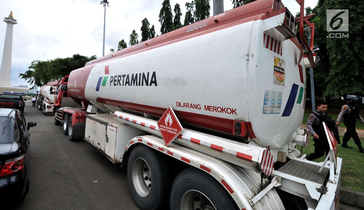 Petugas kepolisian melakukan identifikasi truk tangki Pertamina seusai diamankan dari pendemo di Lapangan Monas, Jakarta, Senin (18/3). Dua truk tangki milik Pertamina berisi biosolar tersebut mengalami sejumlah kerusakan. (merdeka.com/Iqbal S. Nugroho)