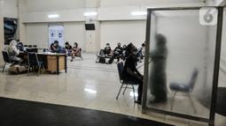 Suasana saat calon penumpang bus antarkota antarprovinsi (AKAP) menjalani rapid test antigen COVID-19 di Terminal Pulogebang, Jakarta, Rabu (30/12/2020). Pengelola terminal mewajibkan calon penumpang untuk memiliki surat kesehatan bebas COVID-19 sebelum keluar Jakarta. (merdeka.com/Iqbal S. Nugroho)
