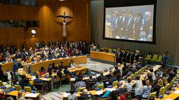 Boyband Korea Selatan, BTS berbicara dalam Sidang Umum Perserikatan Bangsa-Bangsa (PBB) di New York, Senin (24/9). Dengan bahasa inggris penuh, BTS menyampaikan kampanye mereka dengan UNICEF yang bertemakan 'Love Myself'. (AP/Craig Ruttle)