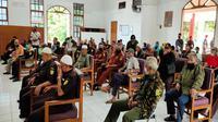 Pengurus LVRI Kota Cirebon menyatakan akan terus berjuang melawan pandemi covid-19 dengan berolahraga maupun berjemur. Foto (Liputan6.com / Panji Prayitno)