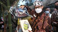Menparekraf Sandiaga Uno menunjukkan kerajinan tangan masyarakat di Malang, Jawa Timur. (Istimewa)