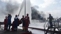 Tim HSSE & Fire Fighter Pertamina berupaya memadamkan api pada insiden tangki Pertamina di Kilang Balongan RU VI, Indramayu pada Rabu (31/3). Dok Pertamina