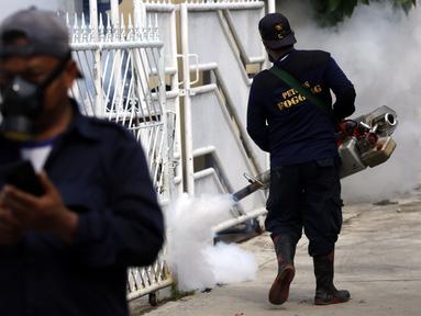 Petugas melakukan pengasapan atau fogging di permukiman warga di Jalan Delima Raya, Jakarta Barat, Selasa (30/4/2019). Pengasapan tersebut untuk mencegah penyebaran penyakit Demam Berdarah Dengue (DBD) melalui nyamuk Aedes Aegypti saat musim hujan mulai terjadi di Jakarta. (Liputan6.com/Johan Tallo)
