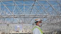Gubernur DKI Jakarta Anies Baswedan meninjau proses pemasangan rangka atap dari Jakarta International Stadium (JIS). Nantinya JIS bisa dimanfaatkan sebagai tempat berbagai perhelatan (multi-purpose venue), seperti eksibisi dan konser musik. (Foto: Dok Humas Pemprov DKI Jakarta)