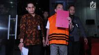 Gubernur Aceh, Irwandi Yusuf berjalan keluar mengenakan rompi oranye seusai menjalani pemeriksaan di gedung KPK, Jakarta, Kamis (5/7). KPK resmi menahan Irwandi Yusuf selama 20 hari pertama di Rutan Cabang KPK. (Merdeka.com/Dwi Narwoko)