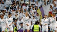 Striker Real Madrid Cristiano Ronaldo (tengah) melempar bola ke udara setelah membobol gawang Girona saat pertandingan La Liga Spanyol di stadion Santiago Bernabeu di Madrid (18/3). Real Madrid menang 6-3 atas Girona. (AP Photo / Paul White)