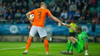 Bek Belanda, Matthijs De Ligt (kiri) membantu penjaga gawang Estonia, Sergei Lepmetz saat keduanya bertanding dalam kualifikasi Grup C Euro 2020, di Tallinn, Estonia, Senin (9/9/2019). Belanda mengalahkan Estonia dengan skor 4-0. (Raigo Pajula/AFP)