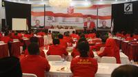 Suasana sidang paripurna pada Kongres Luar Biasa PKPI di Jakarta, Minggu (13/5). Kongres Luar Biasa digelar untuk mencari pengganti Hendropriyono yang memutuskan mundur usai PKPI lolos Pemilu 2019. (Liputan6.com/Arya Manggala)