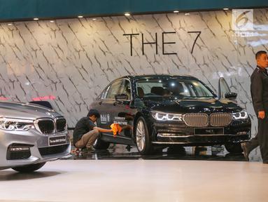 Pekerja membersihan mobil BMW The 7 di pameran GIIAS 2019, di ICE BSD, Tangerang, Jumat (19/7/2019). BMW Group Indonesia merilis tiga mobil baru All-New BMW Seri 3, New BMW Seri 5, dan New BMW i3s yang akan mengaspal di Indonesia. (Liputan6.com/Fery Pradolo)