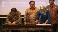 (Ki-ka) Menteri Komunikasi dan Informatika Rudiantara, Menteri Keuangan Bambang Brodjonegoro, dan Direktur Utama PT Penjaminan Infrastruktur Indonesia Sinthya Roesly saat menandatangani Palapa Ring di Kementerian Keuangan, Senin (26/2/2016) (Doc: Kominfo)