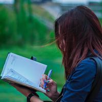 Menulis bisa jadi terapi yang positif./Copyright pexels.com/@garry-mordor-261159