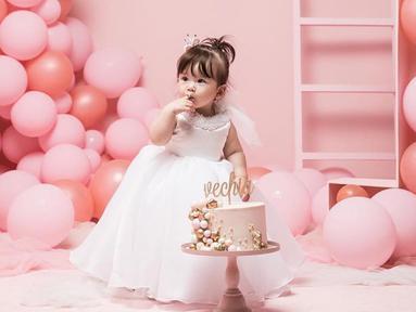 Baby Vechia terlihat sangat lucu ya ketika mengenakan dress berwarna putih ini ketika merayakan ulang tahunnya yang pertama. (Liputan6.com/IG/frandaaa87)