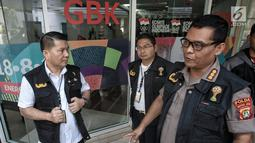 Satuan Tugas (Satgas) Antimafia Bola Polri melakukan penggeledahan di Kantor Persatuan Sepak Bola Indonesia (PSSI) terkait kasus dugaan skandal pengaturan skor pertandingan sepak bola Indonesia. Liputan6.com/Faizal Fanani
