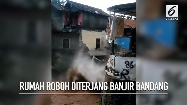Banjir bandang di sekitar daerah Cicaheum, Bandung membuat jalan raya tergenang, mobil terseret, dan sebuah rumah roboh.
