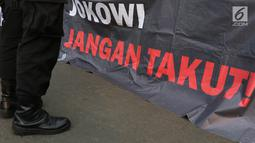 Petugas berjaga saat aksi diam Kamisan ke-540 di depan Istana Merdeka, Jakarta, Kamis (31/5). Para aktivis menuntut agar Presiden Joko Widodo menyelesaikan kasus perkosaan, pembunuhan, dan kerusuhan peristiwa 1998. (Liputan6.com/Immanuel Antonius)