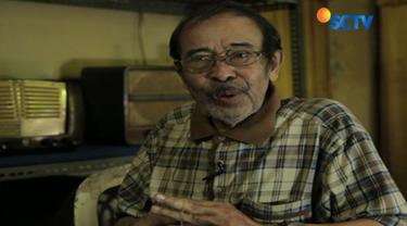 Di bengkel sederhana miliknya sekaligus tempat tinggalnya di Babakan Ciparay, Kota Bandung, Jawa Barat, Abah Oo setiap hari bergelut dengan radio-radio antik dari negara Eropa seperti Belanda dan Jerman.