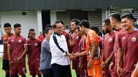 Ketua Dewan Pembina Persija Jakarta, Syafruddin, saat melihat tim Persija melakukan latihan di Lapangan ABC Kawasan Senayan Jakarta, Sabtu (8/12). (Istimewa)