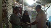 Bantuan untuk Guru Nining yang Tinggal di Toilet Sekolah Terus Mengalir (Liputan6/Yandhi Deslatama)
