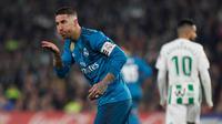 Pemain Real Madrid, Sergio Ramos berselebrasi setelah mencetak gol ke gawang Real Betis pada laga pekan ke-24 La Liga Spanyol, di Estadio Benito Villamarin, Minggu (18/2). Melalui pertarungan sengit 8 gol, Real Madrid menang 5-3. (AP/Miguel Morenatti)