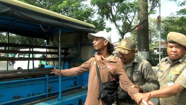 Jelang Asian Games, Satpol PP Jakarta Barat gelar razia ketertiban. Salah satunya menyasar pada keberadaan Pak Ogah di jalanan.