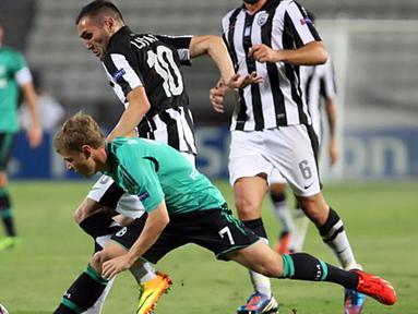 Max Meyer berebut bola dengan Lucas pada Putar Liga Champions kedua pertandingan sepak bola di Stadion Toumpa di Thessaloniki (27/08/2013).(AFP/Sakis Mitrolidis).