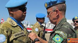 Citizen6, Haiti: Penyematan medali PBB kepada personel TNI Konga XXXII-A atau Indo Eng Coy dipimpin langsung oleh Force Commander MINUSTAH Mayor Jenderal Fernando Goulart di Lapangan Parade Bumi Garuda, Gonaives, Haiti. (Pengirim: Badarudin Bakri)