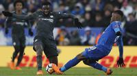 Gelandang Chelsea, Tiemoue Bakayoko, berebut bola dengan pemain Leicester City, Kelechi Iheanacho, pada laga perempat final Piala FA di Stadion King Power, Minggu (18/3/2018). Leicester City takluk 1-2 dari Chelsea. (AP/Frank Augstein)