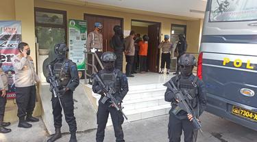 Polda Jatim menerbangkan 22 terduga teroris ke Jakarta. (Dian Kurniawan/Liputan6.com)