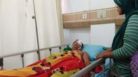 Pencari ikan diserang ikan usai menjalani operasi di RSUD Arifin Ahmad Pekanbaru. (Liputan6.com/M Syukur)