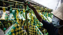Pedagang menata pernak-pernik ketupat hias dagangannya di Pasar Asemka, Jakarta, Selasa (4/5/2021). Pedagang mulai menjual pernak-pernik menjelang Lebaran seperti ketupat hias dengan harga mulai dari Rp15.000 hingga Rp60.000 tergantung ukuran. (Liputan6.com/Faizal Fanani)