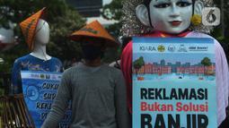 Aktivis dari Koalisi Rakyat untuk Keadilan Perikanan (KIARA) membawa poster saat berunjuk rasa di depan Balai Kota DKI Jakarta, Rabu (15/7/2020). Mereka menolak reklamasi Ancol dengan menuntut Gubernur DKI Jakarta segera mencabut Kepgub Nomor 237 Tahun 2020. (merdeka.com/Imam Buhori)