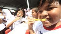 Puluhan siswa-siswi menggosok gigi pada Hari Kesehatan Gigi dan Mulut Sedunia 2018 di SDN Tebet Timur 01 Pagi, Jakarta, Selasa (20/3). Gosok gigi yang digelar Pepsodent mendukung pemerintah menuju Indonesia Bebas Karies 2030. (Liputan6.com/Pool/Doni)