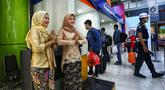 Petugas frontliner berpakaian tradisional menyambut calon penumpang di Stasiun Gambir, Jakarta, Minggu (21/4). PT KAI Daop 1 Jakarta mewajibkan petugas frontliner wanita dan pria mengenakan kebaya dan batik untuk menyambut Hari Kartini. (Liputan6.com/Johan Tallo)