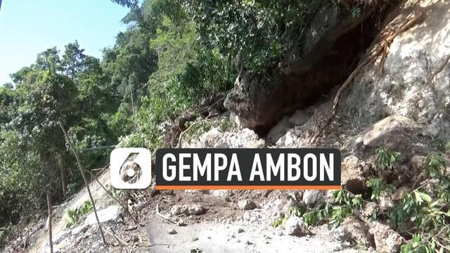 Gempa terus melanda kawaasan Maluku, akibatnya sebuah tebing bebatuan setinggi 20 meter dan menutupi akses jalan utama.