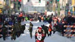Penggembala, Aliy Zirkle dan gerombolan anjingnya mengikuti perlombaan kereta luncur anjing Trail Iditarod di Anchorage, 2 Maret 2019. Iditarod sudah menjadi tradisi di Alaska, sejak daerah ini belum menjadi negara bagian Amerika. (AP/Michael Dinneen)