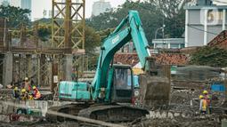 Alat berat terlihat di lokasi pembangunan Kampung Susun Akuarium di Jakarta, Rabu (17/2/2021). Progres pembangunan Kampung Susun Akuarium tersebut telah mencapai 30 persen dan ditargetkan rampung pada Agustus 2021 mendatang. (Liputan6.com/Faizal Fanani)