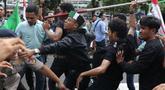 Sejumlah massa yang mengaku dari Himpunan Mahasiswa Islam terlibat bentrok dengan aparat kepolisian saat aksi unjuk rasa di depan Gedung KPK, Jakarta, Rabu (18/9/2019). Dalam aksinya, mereka menolak pimpinan KPK terpilih periode 2019-2023. (Liputan6.com/Helmi Fithriansyah)