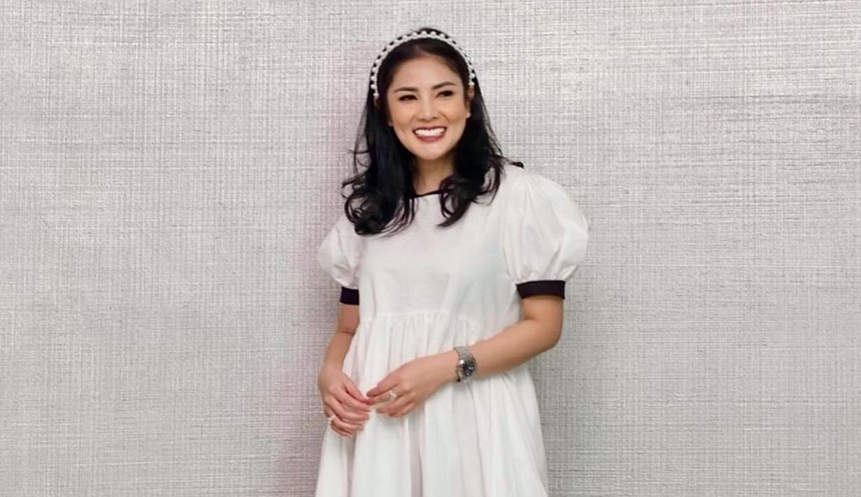 Menggunakan simple dress berwarna putih dengan detail hitam dibagian lengannya, penampilan Nindy Ayunda ini pun curi perhatian. Ia pun memilih menggunakan riasan sederhana serta menambahkan bandana untuk mempermanis gaya penampilannya. (Liputan6.com/IG/@nindyayunda)