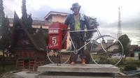 Tugu Ombus-ombus merupakan salah satu ikon kota Siborong-borong. (dok. http://www.lintaspublik.com/2015/01/ikon-ombus-ombus-dan-petani-nenas-ciri.html/Esther Novita Inochi).