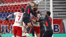 Striker Liverpool, Roberto Firmino, menyundul bola saat melawan RB Leipzig pada laga Liga Champions di Stadion Puskas, Rabu (17/2/2021). Liverpool menang dengan skor 2-0. (AP/Laszlo Balogh)