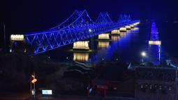 Suasana  Jembatan Persahabatan saat malam terlihat dari kota Dandong di provinsi Liaoning, China (22/2).  Kim Jong Un dan Donald Trump akan melakukan pertemuan di Vietnam pada 27 Februari. (AFP Photo/Greg Baker)