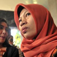 Terpidana kasus pelanggaran ITE Baiq Nuril Maknun (kanan) memberi keterangan saat tiba di Kantor Kemenkumham, Jakarta, Senin (8/7/2019). Guru honorer itu divonis 6 bulan penjara dan denda Rp 500 juta atas perekaman pelecehan seksual yang dialaminya. (merdeka.com/Iqbal Nugroho)