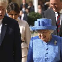 Presiden Amerika Serikat Donald Trump melakukan kunjungan resmi pertamanya ke Inggris. Ia bertemu dengan Ratu Elizabeth. (Chris Jackson/Pool Photo via AP)