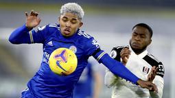 Pemain Leicester City, Wesley Fofana, berebut bola dengan pemain Fulham, Ademola Lookman, pada laga Liga Inggris di Stadion King Power, Senin (30/11/2020). Leicester takluk dengan skor 1-2. (Michael Regan/Pool Photo via AP)