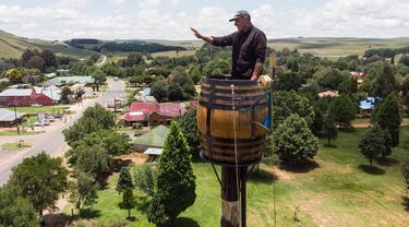 Seorang pria Afrika Selatan, Vernon Kruger telah tinggal di atas tong selama dua bulan demi memecahkan rekor dunia. (ANTOINE DEMAISON / AFP)