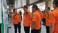 Kantor SAR Surabaya memperbarui informasi evakuasi korban kebakaran KM Santika Nusantara. (Dian Kurniawan/Liputan6.com)