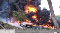 Pipa Pertamina terbakar di Cimahi.