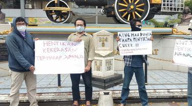 Sejumlah jurnalis tengah menggelar aksi solidaritas terhadap jurnalis Tempo Nurhadi, di Jalan Asia-Afrika, Kota Bandung, Sabtu (3/4/2021). (Foto: Liputan6.com/Dikdik Ripaldi)