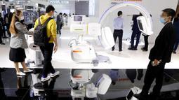 Para pengunjung melihat alat-alat medis yang dipamerkan dalam Pameran Alat Medis Internasional China (China International Medical Equipment Fair) di Shanghai, China, 19 Oktober 2020. Pameran tersebut dibuka di National Exhibition and Convention Center (Shanghai) pada Senin (19/10). (Xinhua/Fang Zhe)